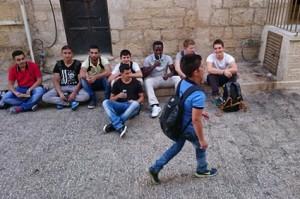 Pause in der Altstadt von Bethlehem mit den palästinensischen Austauschschülern
